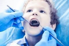 Medico e bambino paziente Ragazzo che fa i suoi esaminare denti con il concetto del dentista Medicine, di sanit? e di stomatologi fotografie stock