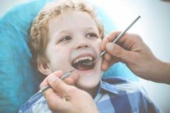 Medico e bambino paziente Ragazzo che fa i suoi esaminare denti con il concetto del dentista Medicine, di sanit? e di stomatologi fotografia stock libera da diritti
