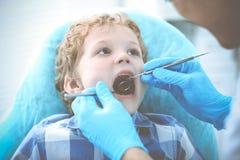 Medico e bambino paziente Ragazzo che fa i suoi esaminare denti con il concetto del dentista Medicine, di sanit? e di stomatologi immagine stock