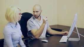Medico e paziente che esaminano il monitor e la discussione video d archivio