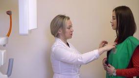 Medico e paziente che preparano per i raggi x video d archivio