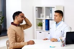 Medico e paziente con l'emicrania all'ospedale Fotografia Stock