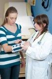 Medico e paziente della donna con il braccio rotto Fotografie Stock