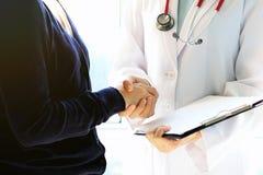Medico e paziente femminile che stringono le mani, concetto di assistenza e di sanità Immagini Stock Libere da Diritti
