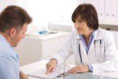 Medico e paziente femminili Immagini Stock Libere da Diritti