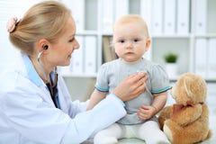 Medico e paziente in ospedale La bambina sta esaminanda dal pediatra con lo stetoscopio Medicina e sanità Immagine Stock Libera da Diritti