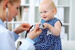 Medico e paziente in ospedale La bambina sta esaminanda dal pediatra con lo stetoscopio Medicina e sanità Fotografie Stock Libere da Diritti