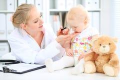 Medico e paziente in ospedale La bambina sta esaminanda dal pediatra con lo stetoscopio Medicina e sanità Fotografia Stock Libera da Diritti