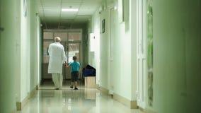 Medico e ragazzo video d archivio