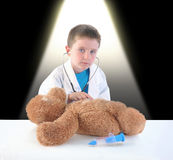 Medico e Teddy Bear Checkup del bambino Fotografia Stock Libera da Diritti