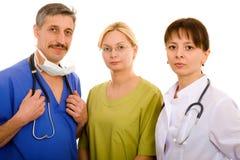 Medico ed il suo gruppo di medici Immagini Stock Libere da Diritti