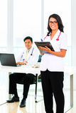 Medico ed infermiere asiatici nella chirurgia o in ufficio Fotografie Stock Libere da Diritti