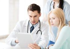 Medico ed infermiere con il paziente in ospedale Fotografia Stock Libera da Diritti