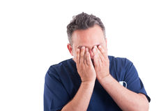 Medico esaurito e stanco dell'uomo Immagini Stock