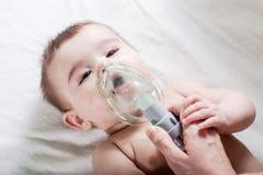 Medico fa l'inalazione ad un piccolo bambino malato Fotografia Stock Libera da Diritti
