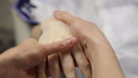 Medico fa un massaggio della mano al cliente femminile Trattamento della stazione termale e cura della mano video d archivio