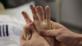 Medico fa un massaggio della mano al cliente femminile Trattamento della stazione termale e cura della mano archivi video