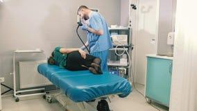 Medico fa una ragazza di gastroscopia attraverso la bocca 4k archivi video