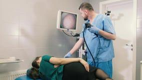 Medico fa una ragazza di gastroscopia attraverso la bocca 4k stock footage