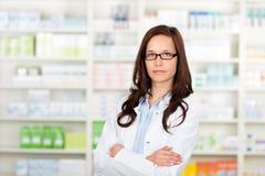 Medico in farmacia immagini stock
