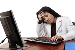 Medico faticoso sovraccarico al calcolatore Fotografia Stock Libera da Diritti