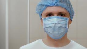 Medico felice annuisce col capo la testa ed il pollice su archivi video
