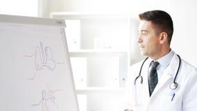 Medico felice che mostra il bordo attingente medico di vibrazione archivi video