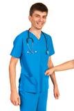 Medico felice che prende dono Fotografie Stock