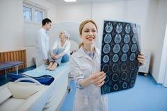Medico felice positivo che lavora nel laboratorio di CT Fotografie Stock