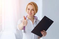 Medico femminile allegro sorridente felice con i pollici aumenta il gesto Immagine Stock Libera da Diritti