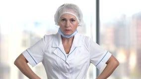 Medico femminile arrabbiato video d archivio