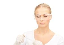 Medico femminile attraente con il termometro Immagini Stock