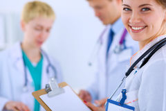 Medico femminile attraente con la cartella davanti a Immagini Stock Libere da Diritti