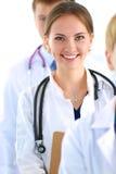 Medico femminile attraente con la cartella davanti a Fotografia Stock