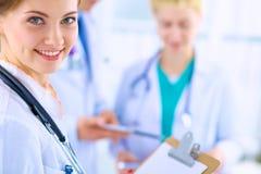 Medico femminile attraente con la cartella davanti a Immagine Stock Libera da Diritti
