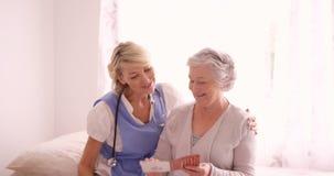 Medico femminile che accoglie alla donna senior stock footage