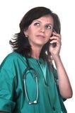 Medico femminile che comunica sul telefono Fotografie Stock Libere da Diritti