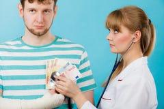 Medico femminile che controlla battitura del cuore Fotografia Stock Libera da Diritti
