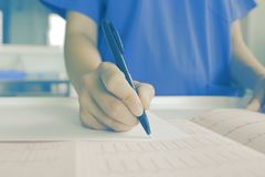 Medico femminile che esamina carta medica immagini stock libere da diritti