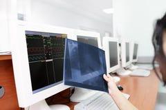 Medico femminile che esamina i raggi x immagine stock libera da diritti