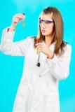 Medico femminile che esamina i tubi chimici Fotografie Stock Libere da Diritti