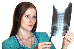 Medico femminile che esamina la maschera dei raggi X Fotografia Stock