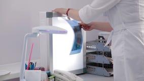 Medico femminile che esamina raggi x visualizzati archivi video