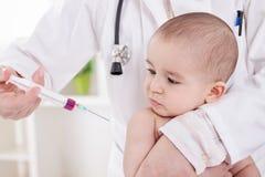 Medico femminile che fa vaccino al piccolo neonato fotografie stock