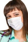 Medico femminile che indossa maschera chirurgica immagini stock