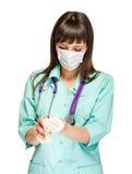 Medico femminile che indossa maschera chirurgica fotografia stock