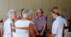 Medico femminile che interagisce con la gente senior 4k video d archivio