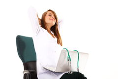Medico femminile che lavora al suo computer portatile isolato Fotografia Stock