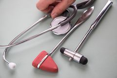 Medico femminile che lavora con lo stetoscopio fotografia stock