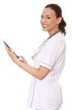 Medico femminile che per mezzo del calcolatore del ridurre in pani. Fotografia Stock Libera da Diritti